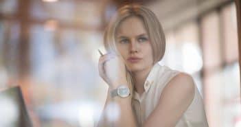 Eine Frau sieht nachdenklich aus dem Fenster. Sie scheint beunruhigt und unzufrieden zu sein. Ob es an ihrem aktuellen Job liegt?