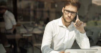 Ein Mann telefoniert. Sein Blick wirkt fragend. Bekommt er etwa nur vage Antworten?
