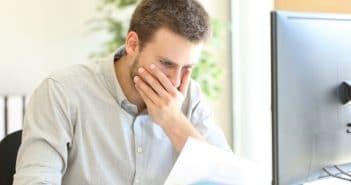 Ein Mann hält sich erschrocken die Hand vor das Gesicht. Hat er einen Fehler gemacht?