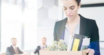 Eine Frau hat ihre Sachen gepackt und verlässt damit das Büro und den aktuellen Job.