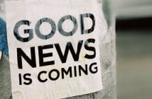 Plakat an einem Baum mit der Aufschrift: Good News is coming.