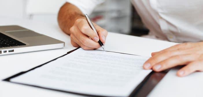 Ein Mann unterschreibt einen Vertrag. Viele Medienprofis haben gute Altverträge. Das erschwert Überlegungen über einen Jobwechsel.