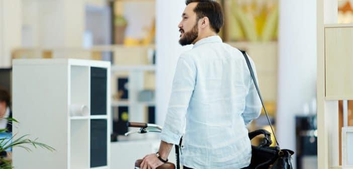 Ein. Mann verlässt mit Arbeitstasche und Rad das Büro. Er schaut sich noch einmal um. Er hat sich dafür entschieden, das Unternehmen zu verlassen.