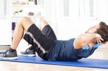 Ein Mann macht zuhause Sport auf einer Trainingsmatte. In der Coronavirus-Krise muss man kreativ werden und sich alleine daheim fit halten.