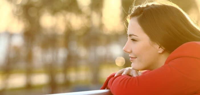 Eine junge Frau sieht zuversichtlich in die Zukunft.