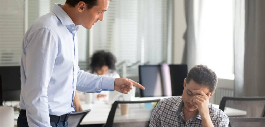Der Chef ist wiedermal unzufrieden mit der Arbeit. Der Mitarbeiter ist genervt und weiss nicht mehr weiter. Er überlegt, seinen Job zu kündigen.