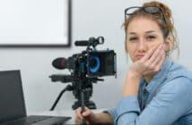 Eine junge Frau befindet sich an ihrem Arbeitsplatz und schaut in die Kamera. Sie ist unzufrieden und denkt darüber nach, ob sie nicht einen besseren Job verdient hätte